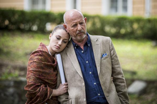 Ivan Krúpa ako Sudca Hirš a Natália Germani ako jeho dcéra v novom televíznom seriáli Vlci.
