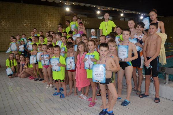 Účastníci plaveckých pretekov.