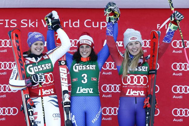 Zľava tretia Viktoria Rebensburgová, v strede víťazka Federica Brignoneová a vpravo tretia Mikaela Shiffrinová.