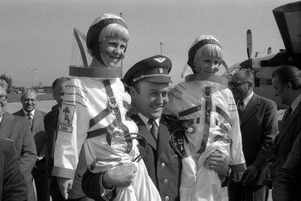 Na archívnej snímke z 28. júna 1978 Vladimír Remek v Košiciach. Jediného kozmonauta ČSSR po prílete do Košíc vítali pionieri v úboroch kozmonautov ako hrdinu Sovietskeho zväzu.