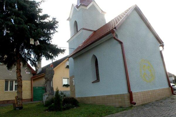 Kaplnku kompletne obnovili vlani, teraz ju niekto postriekal.