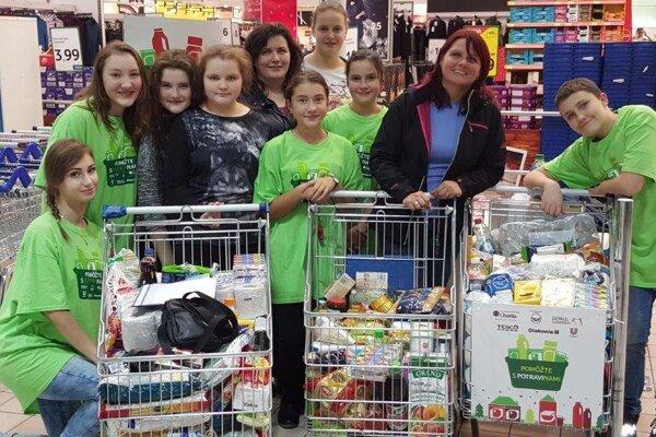 Pri zbierke potravín pomáhali dobrovoľníci.