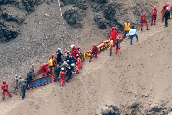 Záchranári zasahujú po nehode autobusu.
