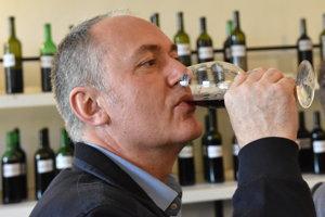 Na snímke návštevník Okresnej výstavy vín, degustuje víno odrody Skalický Rubín, pre ktorú chcú skalickí vinári získať chránené označenie pôvodu. Skalica, 23. apríla 2016