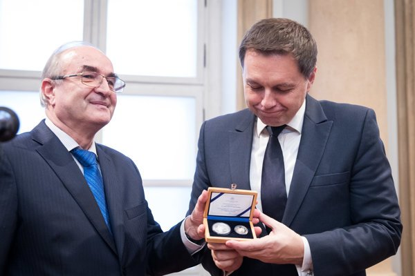 Zľava: Guvernér NBS Jozef Makúch a minister financií SR Peter Kažimír.
