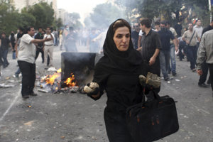 Protesty v Iráne si vyžiadali prerástli do násilia a vyžiadali si aj mŕtvych.