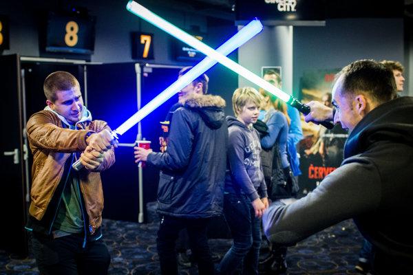 Súboj svetelných mečov na polnočnej premiére siedmych Hviezdnych vojen.