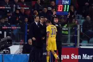 Zranený Paulo Dybala opúšťa ihrisko počas zápasu na pôde Cagliari.