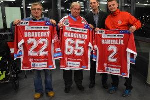 Zľava: Ján Mlich, Anton Fonš aDávid Jurga. Dresy im odovzdal marketing manažér HC Oceláŕi Třinec Peter Harvan.