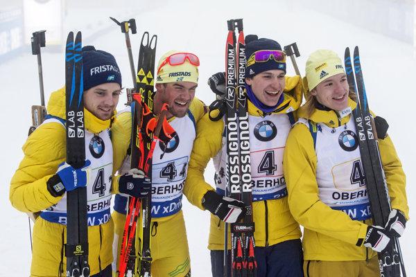 Pred objektívmi fotografov pózujú členovia víťaznej švédskej štafety. Zľava Jesper Nelin, Fredrik Lindström, Martin Ponsiluoma aSebastian Samuelsson.