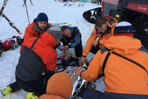 Horským záchranárom sa podarilo muža oživiť.