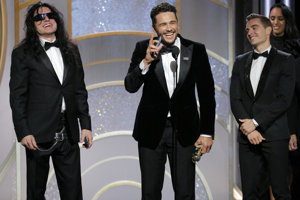 James Franco, v strede, získal Zlatý glóbus za to, že hral hrozného herca Tommyho Wiseaua - vľavo.
