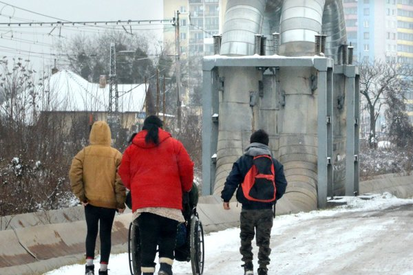 Cesta z osady pri malej stanici. Rodina istého invalida je v hľadáčiku polície už dlhšie.