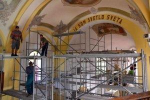 Interiér kostola je už kompletne vymaľovaný.