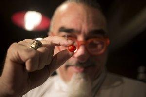 Izraelský šéf Shaul Ben Aderet ukazuje najmenšiu cherry paradajku.