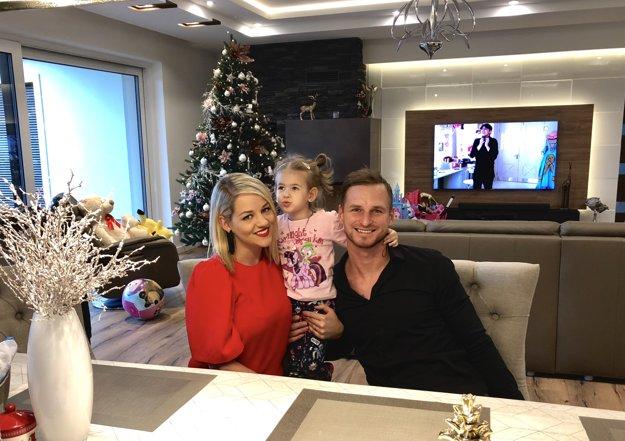 S manželkou Julianou adcérkou Paulou vo vianočne ladenej obývačke svojho nového rodinného hniezda vNových Zámkoch.