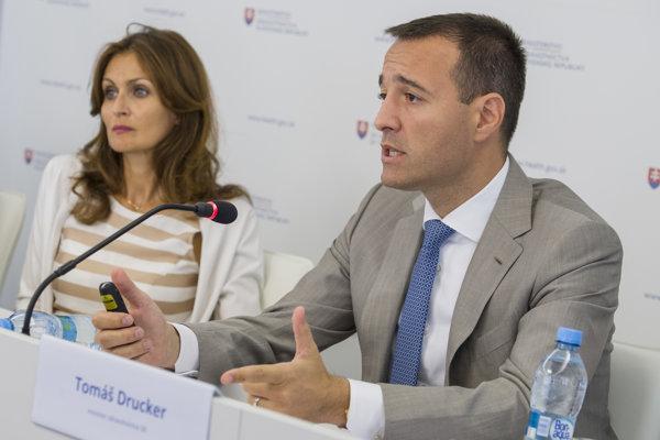 Minister zdravotníctva Tomáš Drucker a jeho štátna tajomníčka Andrea Kalavská. Obidvaja sú nominantmi Smeru.