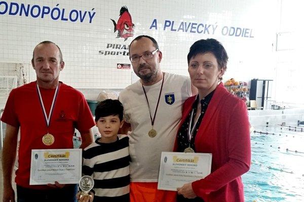 Vľavo Róbert Šupa a Erika Kosorínová (vpravo) zaplávali slovenské rekordy.