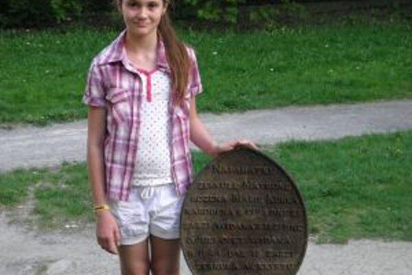 Saška s nájdeným liatinovým náhrobkom