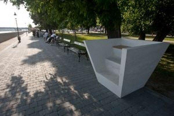 V Bratislave majú na nábreží aj takéto vyhliadkové lavičky. S akými nápadmi prídu v Brezne?