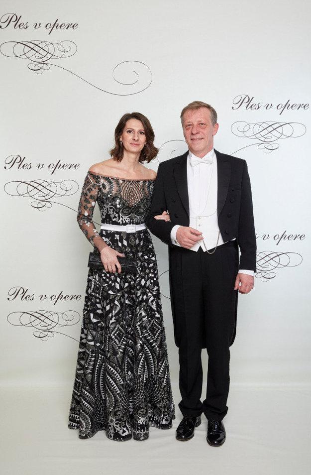 Pavol Lančarič, hostiteľ plesu, s manželkou