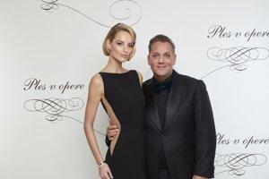 Saša Jány s modelkou Michaelou Kociánovou