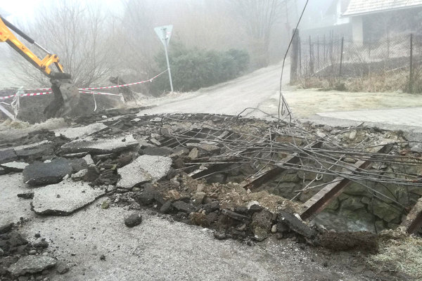 Po rozbití betónu sa ukázala zhrdzavená konštrukcia.