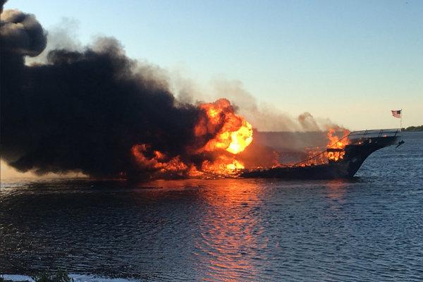 Požiar loď v Tampe úplne zničil.