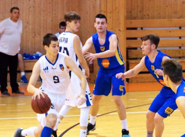 S loptou Tomáš Bakay, za ním v bielom Marek Foltín.