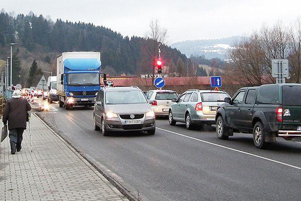 Vodiči už majú semaforov na moste dosť.