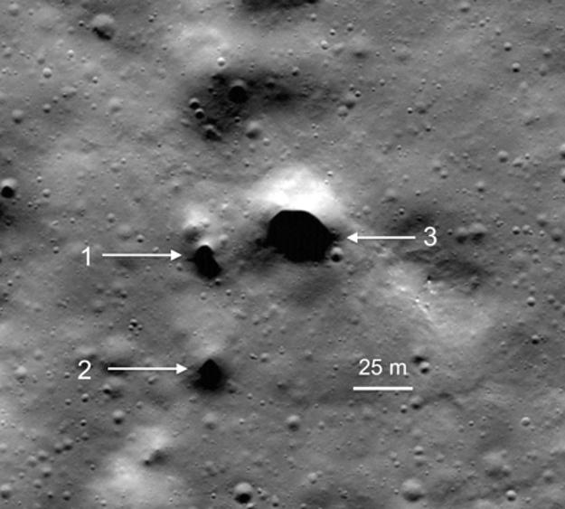 Záber zo sondy Lunar Reconnaissance Orbiter, ktorá obieha okolo Mesiaca, ukazuje doteraz najdetailnejšiu fotografiu kráteru Philolaus s tromi objavenými otvormi do lávových tunelov.