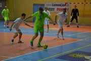 Víťazný Prečín (v zelenom) vyradil na ceste za pohárom vo štvrťfinále Mikušovce (v bielom).