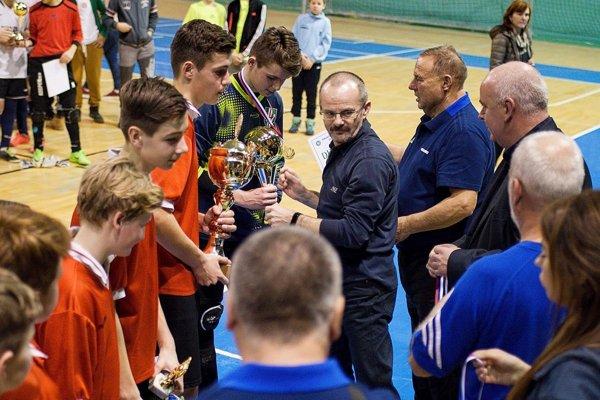 Víťazov z okresu Olomouc dekoroval Peter Bojda zo spoločnosti ACT Nitra spolu s predsedom ObFZ Nitra Štefanom Kormanom.