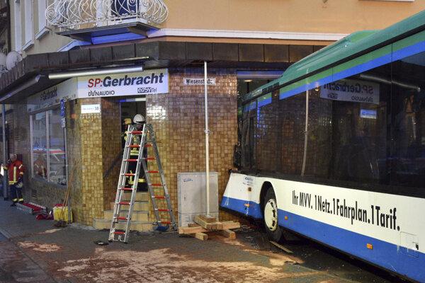 Havarovaný autobus vo fasáde budovy v meste Eberbach pri Mannheime na juhu Nemecka.