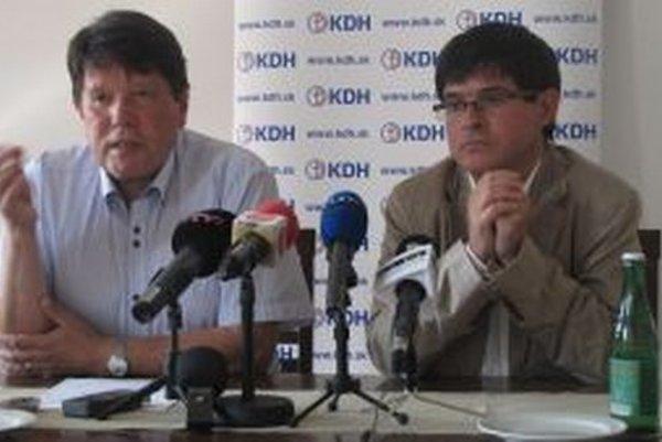 Kandidát na primátora Peter Lačný a krajský prededa KDH Peter Muránsky ( vpravo) na tlačovej besede.