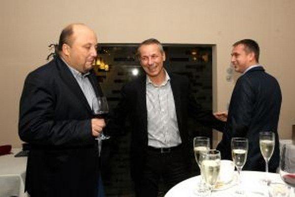 Ján Nosko (v strede) čaká na potvrdenie výsledku v jednej z banskobystrických reštaurácií.