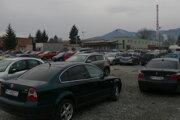 Parkovacie miesta v Univerzitnej nemocnici v Martine sú plné aj poobede. Kým sa platilo, tak poobede bolo vraj viac voľných miest.