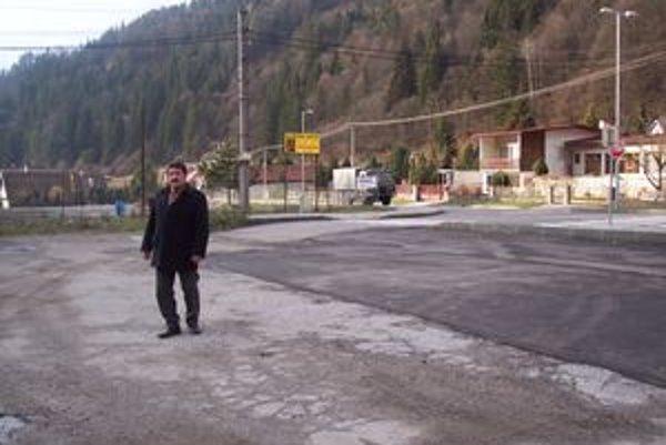 Plocha, kde má byť parkovisko je zalátaná pásom aslfaltu.