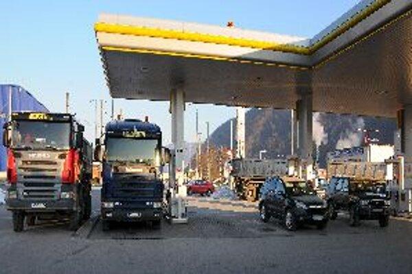 Únia autodopravcov Slovenska dnes zorganizovala petično-informačnú kampaň na vybraných čerpacích staniciach na celom Slovensku.