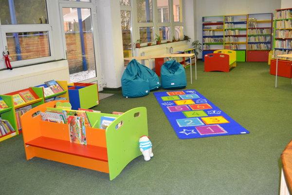 Nový nábytok. V knižnici je vďaka nemu hneď veselšie.