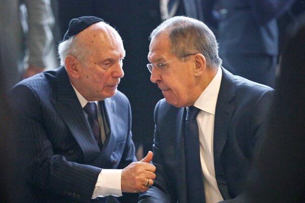 Rabín Rabbi Arthur Schneier, ktorý prežil holokaust, diskutuje s ruským ministrom zahraničných vecí Sergejom Lavrovom.