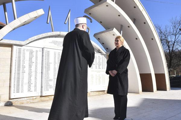 Kolinda Grabarová-Kitarovičová a imám Mahir Husic pri pamätníku obetí chorvátskych vojakov v bosnianskej obci Ahmiči.