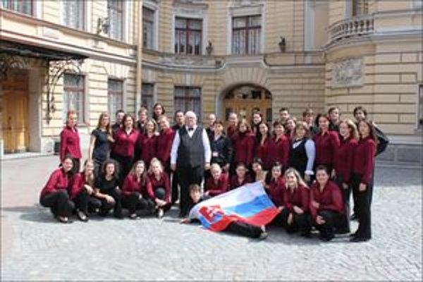 Univerzitný spevácky zbor pred budovou State Capella M, I. Glinku V Sant Peterburgu.