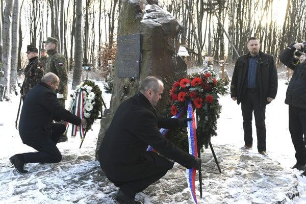Na snímke uprostred minister obrany SR Peter Gajdoš pri pamätníku na kopci Borsó počas pietnej spomienky pri príležitosti 12. výročia leteckej katastrofy pri obci Hejce 19. januára 2018.