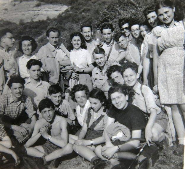 Skupina mládeže Gordonia – Makabi Hacair. Ruth Mittelmannová (Charlotta Neumannová) v hornom rade druhá zľava 1946.