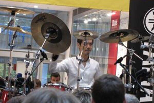 Akira Jimbo, jeden z desiatich najlepších bubeníkov sveta.