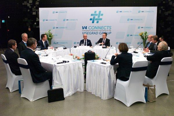 Aktuálne maďarské predsedníctvo Vyšehradskej štvorky (V4) zvolalo na piatok 19. januára 2018 do Budapešti schôdzku ministrov vonkajších ekonomických vzťahov a hospodárstva, na ktoré pozvali aj austrálskeho ministra obchodu, cestovného ruchu a investícií Stevena Cioba (druhý zľava).