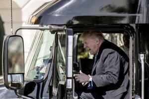 Prezident si mohol vyskúšať, aké to je šoférovať kamión.