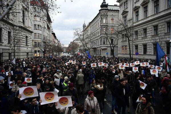 Na protestnej akcii sa zúčastnili aj rodičia, pedagógovia a nechýbali ani niektorí politici.