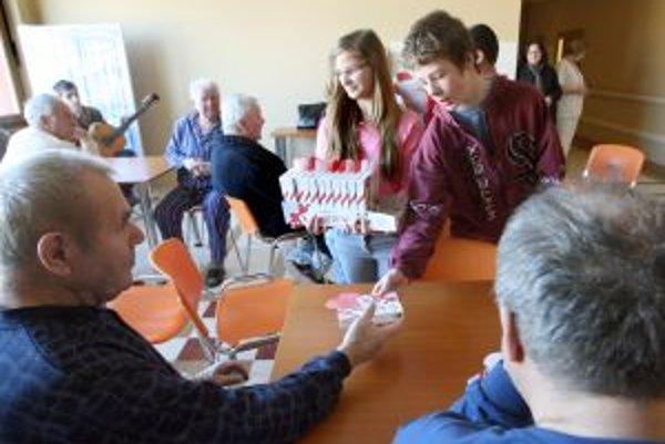 Deti z detského domova Srdiečko odkrojili kus vlastného srdca, aby ho pri priležitosti Valentína darovali ľuďom so srdcovými ochoreniami